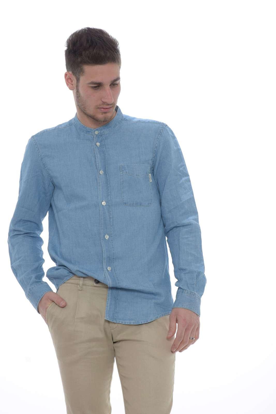 Una camicia leggera, perfetta per sfoggiare look eleganti e moderni nelle giornate primaverili. Da indossare con una t-shirt, o con sopra una giacca per outfit versatili in tutte le occasioni.  Il modello è alto 1.80m e indossa la taglia M.