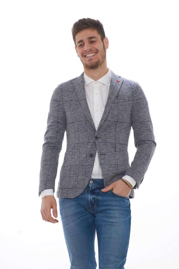 Una giacca che si imporrà per il suo stile classico nel tuo outfit. La fantasia principe di galles regala fascino al capo, per l'uomo che ama le rivisitazioni del passato. Per un'eleganza senza tempo firmata Manuel Ritz.
