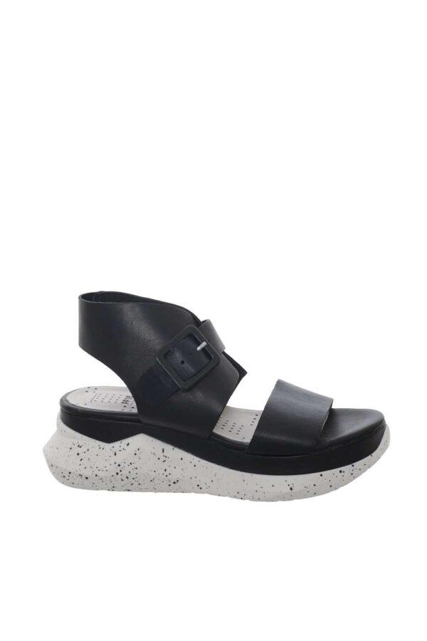 Un sandalo in pelle dal look chic e moderno firmato PF16. Il fondo in gomma è caratterizzato dall'effetto vernice, ideale per outfit al passo con le ultime tendenze.