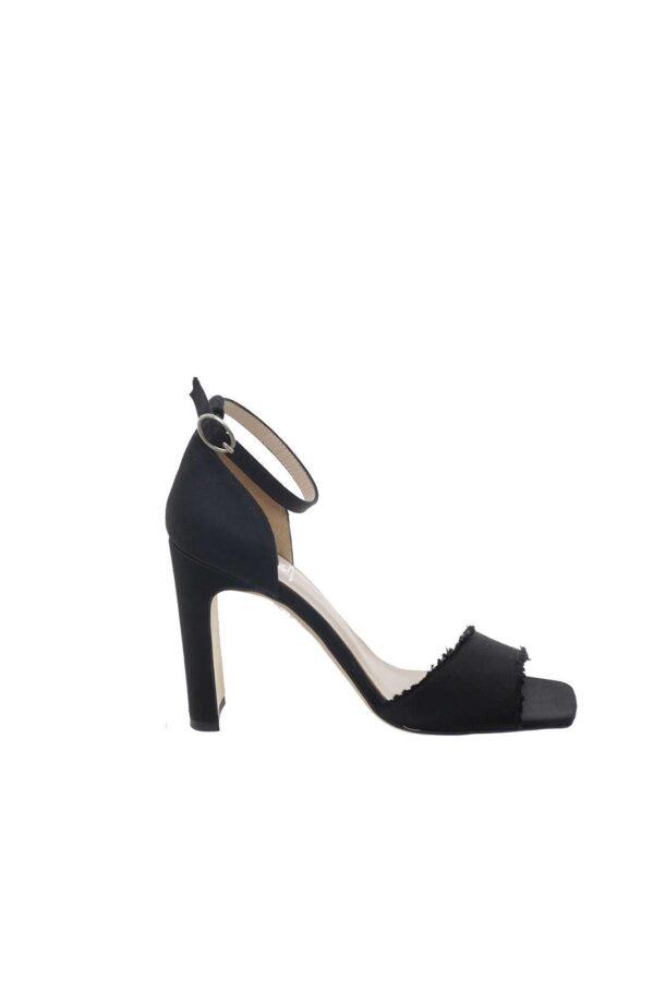 Un sandalo semplice ed elegante quello firmato Mivida. Dal look essential, ideale per un outfit raffinato, che punta sulla semplicità.