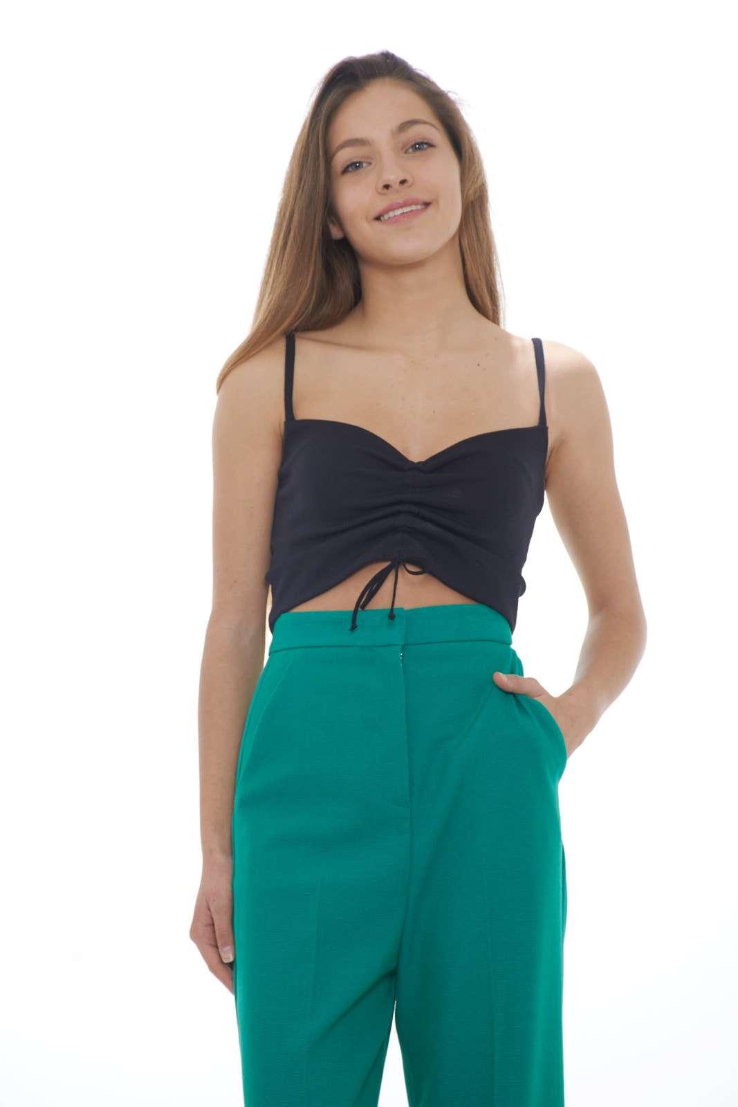 Un top essential, femminile e sensuale firmato Pinko. Ideale con un pantalone a vita alta, per outfit fashion e moderni. Per occasioni eleganti e speciali.  la modella è alta 1.68m e indossa la taglia 38.