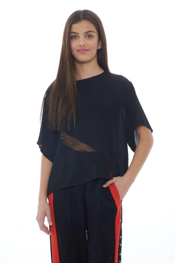 Una blusa semplice dal tocco morbido quella proposta da Pinko. Da abbinare con pantaloni o jeans scopre un lusso senza eguali. L'inserto in pizzo dona movimento ad un capo essential.  La modella è alta 1.70 e indossa la taglia 40