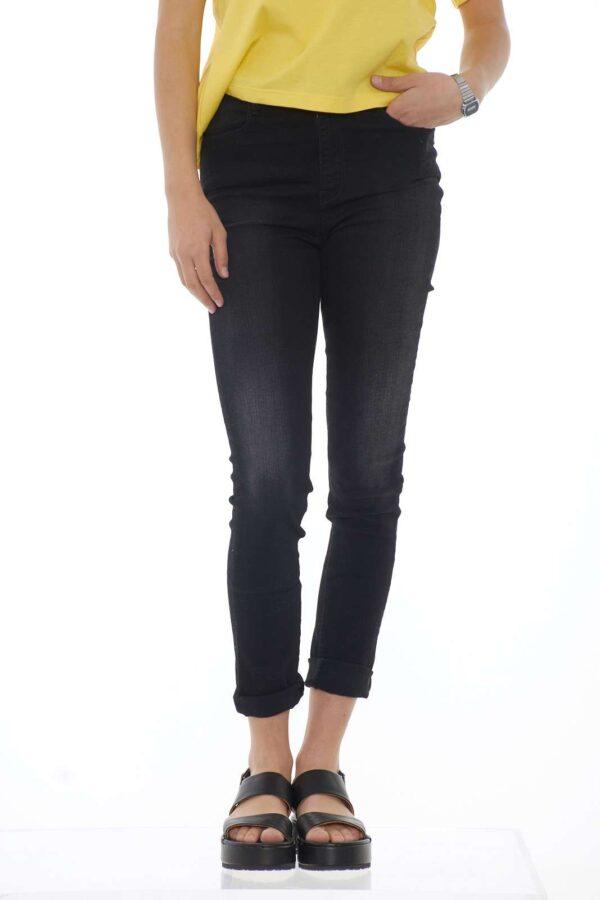 Un jeans casual e versatile per la donna che ama i look veloci e curati. Ideale da abbinare a t-shirt, bluse o camicie, per un outfit chic e moderno. La modella è alta 1.68m e indossa la taglia 26.