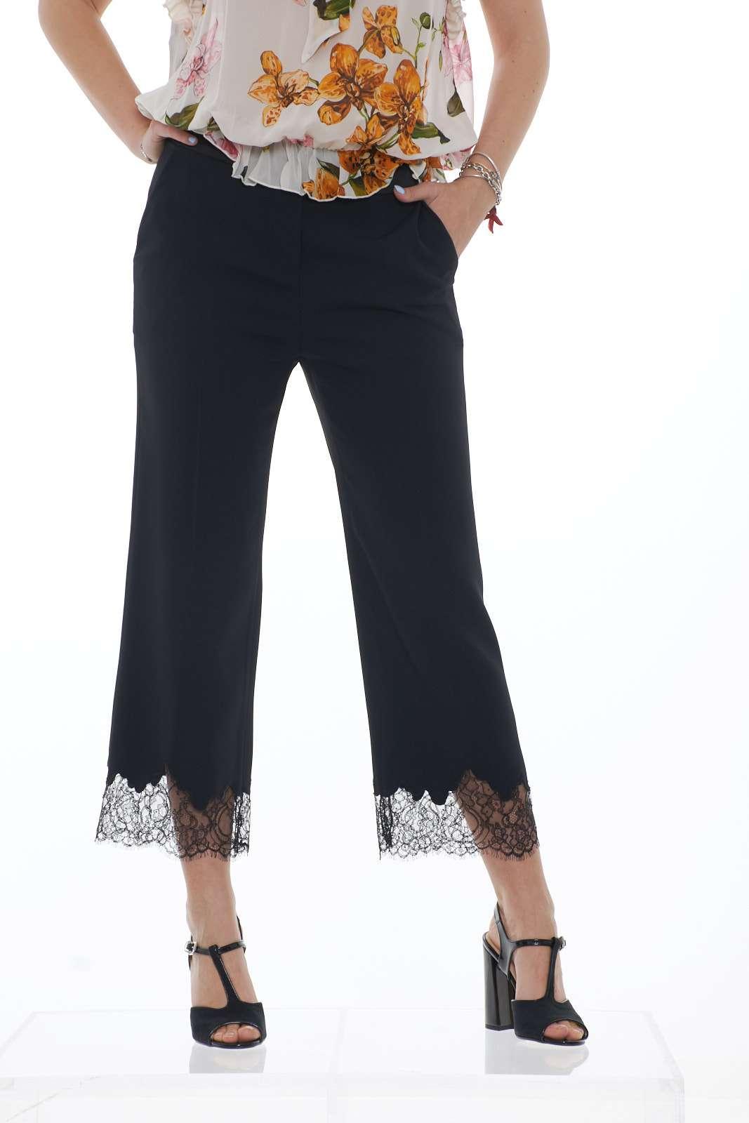 Un pantalone elegante e raffinato, per occasioni formali e speciali, firmato Marta Studio. Il fondo in pizzo regala femminilità, ad un capo da indossare con una blusa o una camicia per outfit impeccabili e ricercati. La modella è alta 1.78m e indossa la taglia 42.
