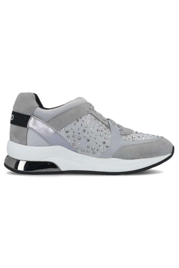 Una sneaker glamour e femminile firmata Liu Jo. L'applicazione di strass la rende una piacevole novità, il tallone effetto specchio dona un tocco moderno, ad una calzatura giovane e alla moda.