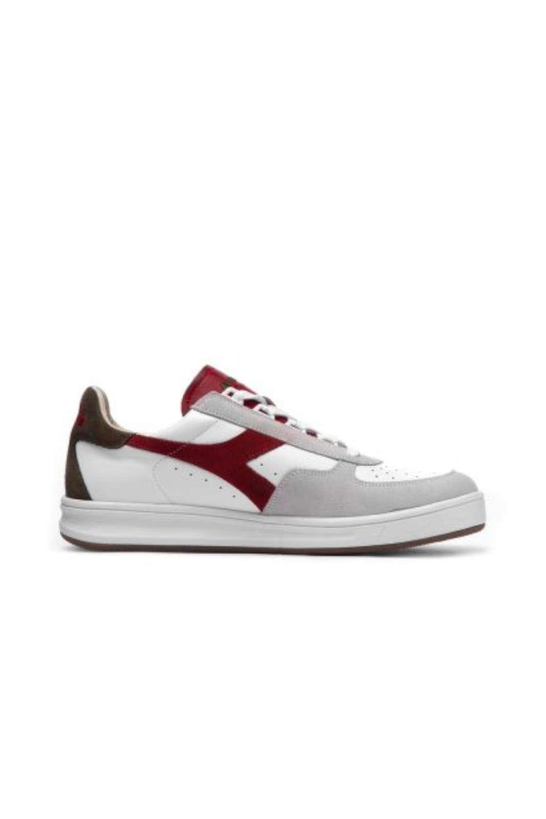 Una sneaker iconica e dallo stile casual la Diadora B ELITE S L. Per l'uomo che ama un outfit casual, che non vuole rinunciare ad un aspetto curato e moderno. Per un guardaroba che si impone come trend di stagione.