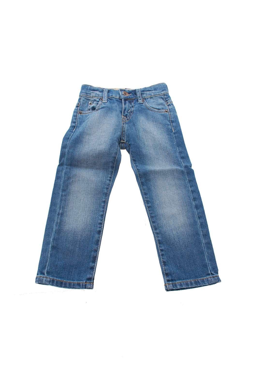 Un must have questo jeans da bambino firmato LEVI'S. Ideale da abbinare a una t-shirt per un look casual o a una camicia per un look più elegante si presta ad ogni outfit e a ogni occasione.