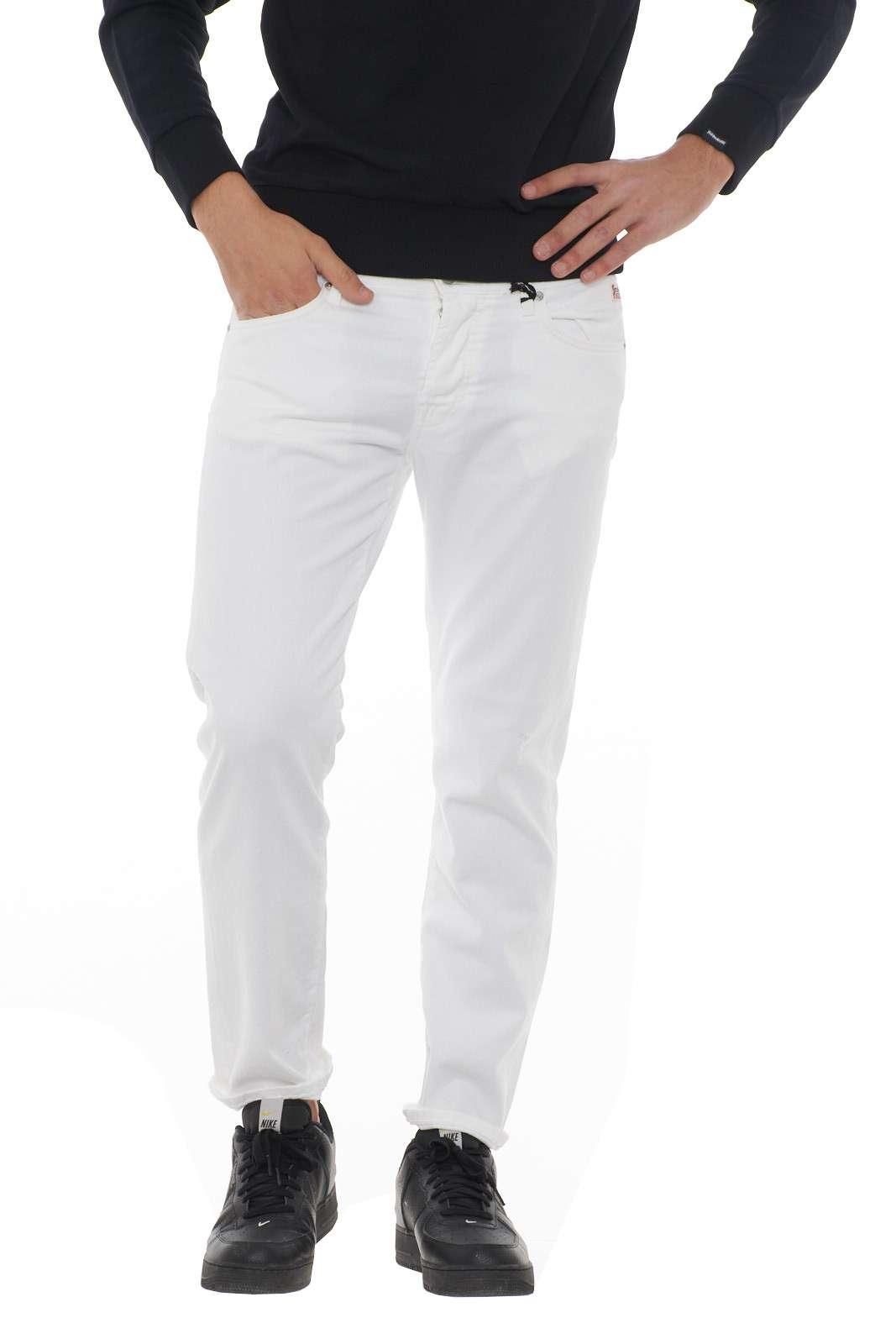 Un jeans versatile, dallo stile iconico e curato firmato Roy Roger's. Ideale da indossare con t-shirt, camicie, o maglie, per outfit casual, ma allo stesso tempo impeccabili. Un passepartout per i tuoi look. Il modello è alto 1.90m e indossa la taglia 35.