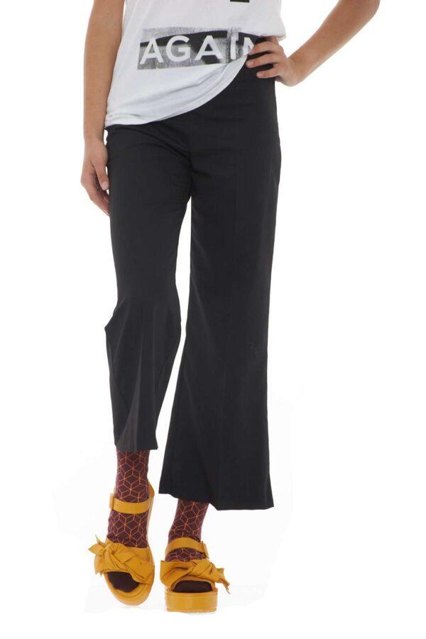 Un pantalone dal fascino moderno e femminile il modello PUPAZZO firmato Pinko. Il taglio crop segue il trend attuale in fatto di moda, mentre la vita alta risalta la silhouette. Adatto ad ogni abbinamento, da una t-shirt ad una blusa, da una sneakers ad un tacco, si presterà come vero e proprio jolly per i tuoi outfit. La modella è alta 1.68m e indossa la taglia 40.
