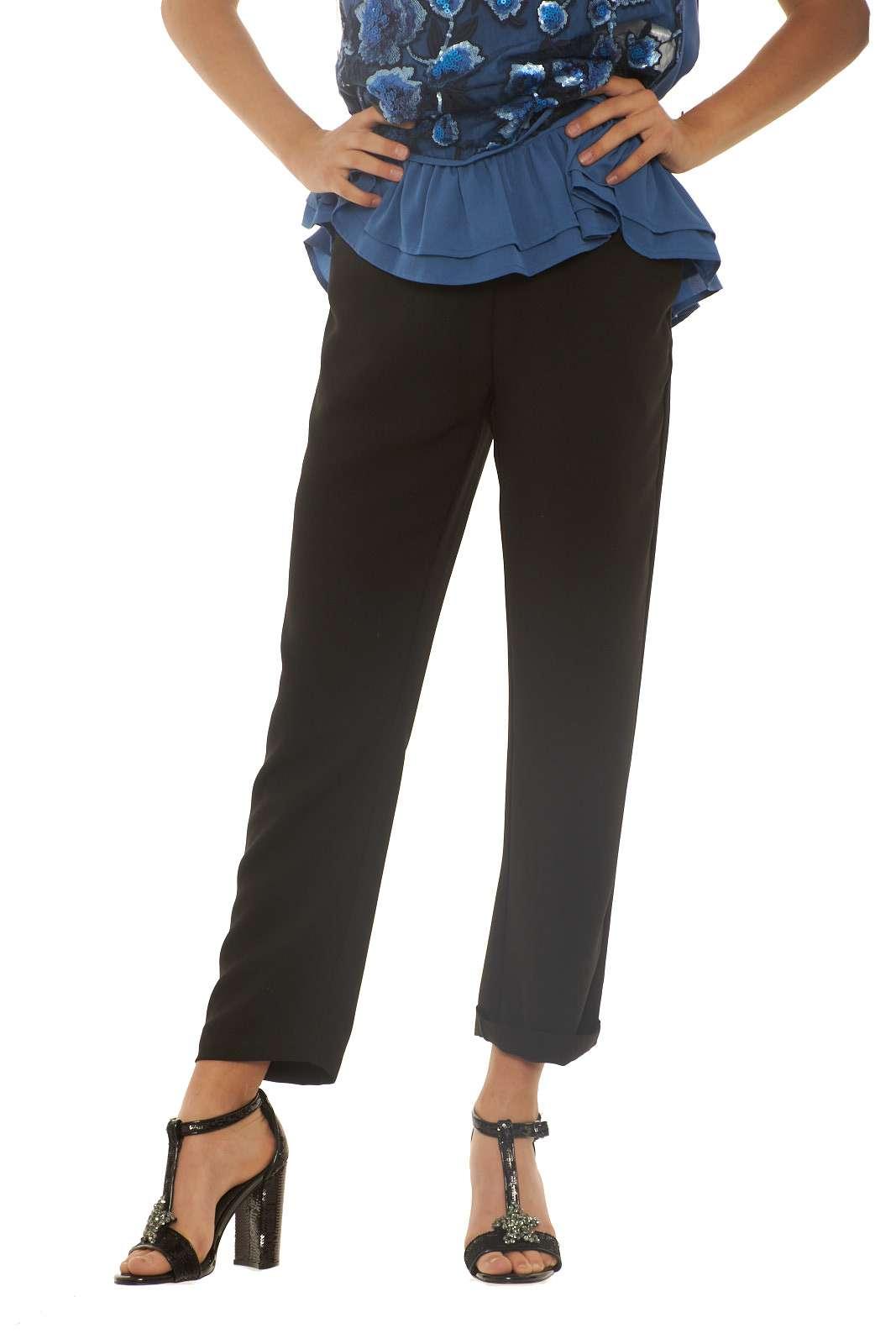 Un pantalone dal look basic firmato Silvian Heach. Versatile ed elegante, si presta per l'ufficio, le serate fuori, e perchè no per cerimonie. Un capo morbido e semplice, perfetto con una decollète, per una silhouette slanciata. La modella è alta 1.68m e indossa la taglia XXS.