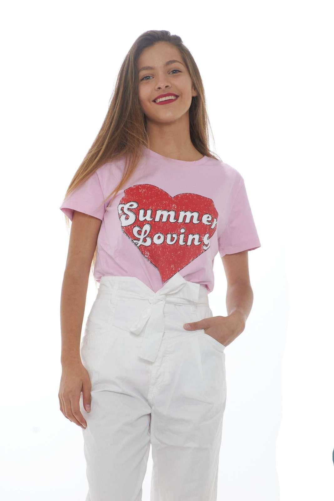 Semplice, colorata e divertente la t-shirt MAZURKA firmata Pinko. Perfetta per la primavera estate, e per la donna che ama look vivaci e allegri. La modella è alta 1.68m e indossa la taglia XS