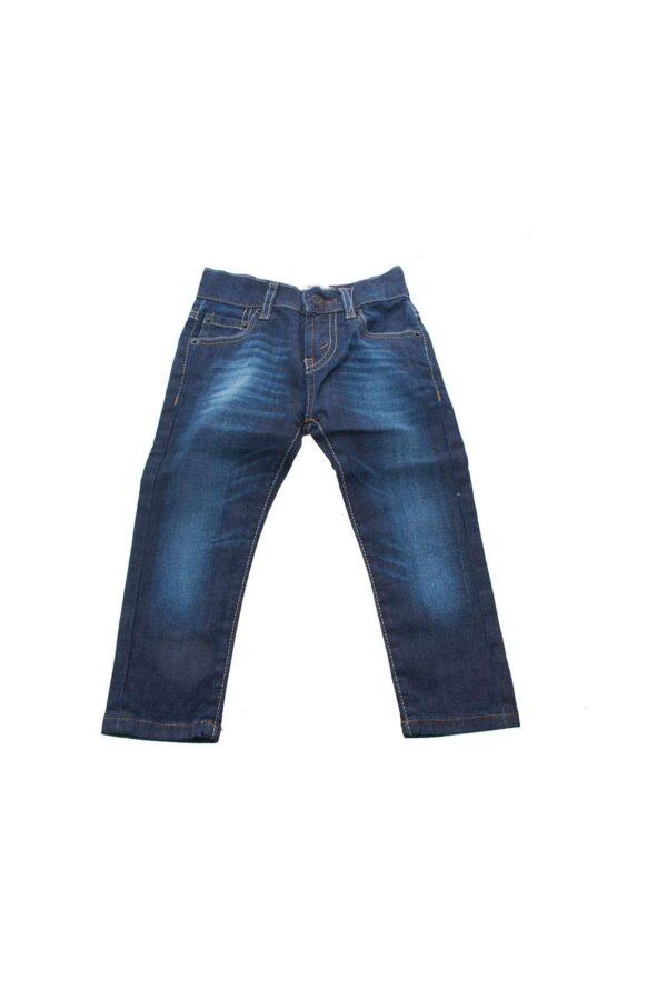 Questo jeans dal lavaggio scuro firmato Levi's è ideale da far indossare al tuo bambino in ogni occasione. Può essere abbinato a una t-shirt per un look casual ma anche a una camicia bianca per un look elegante ma fresco per questa estate.