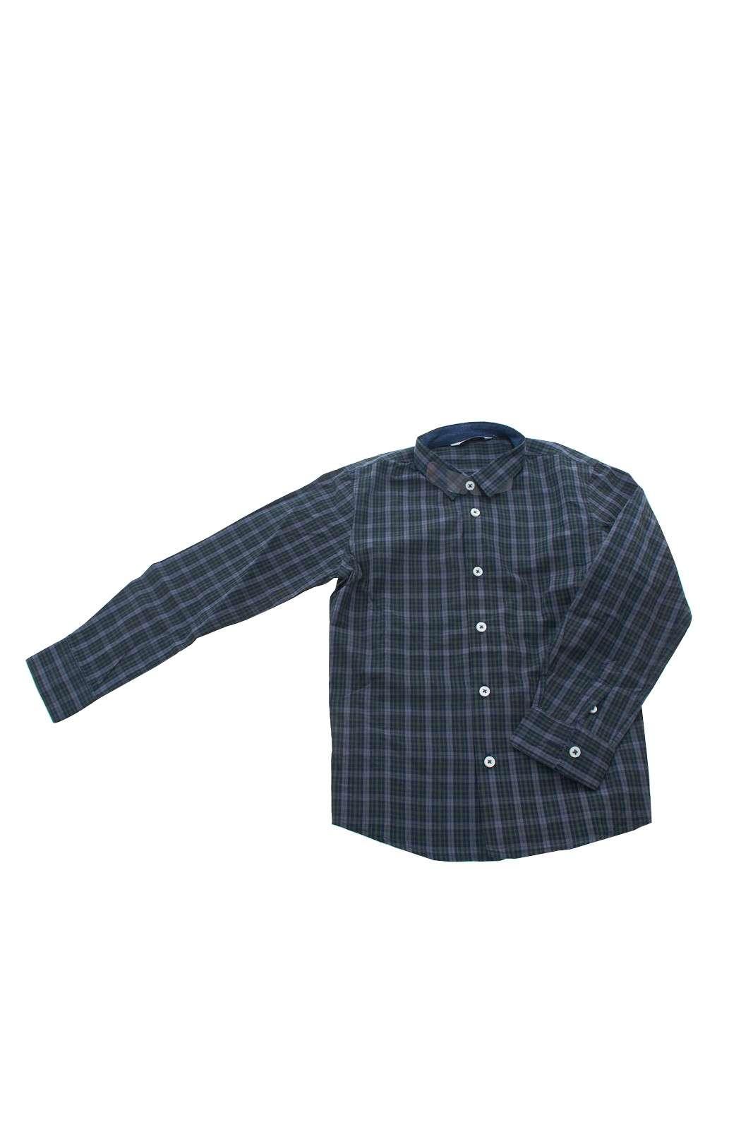 Un capo immancabile nel guardaroba maschile e un essential in ogni stagione. E' Ideale da indossare sia con un jeans sia con un pantalone per outfit davvero impeccabili. La camicia è in 100% Cotone ed è firmata Manuel Ritz.