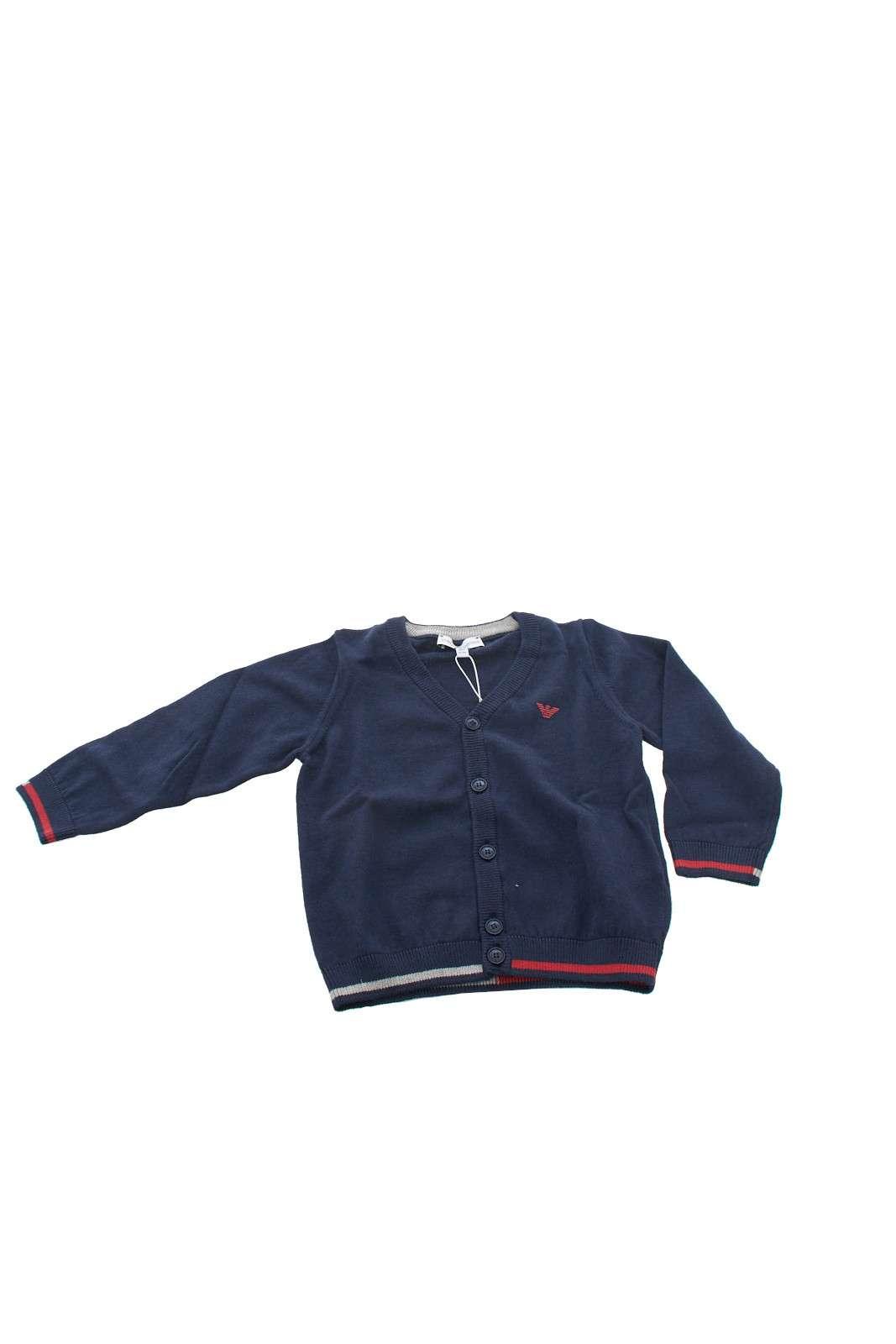 Un cardigan per rendere il tuo bambino un piccolo uomo quello firmato Emporio Armami. Abbinato ad una camicia renderà il vostro piccolo elegante e formale. Realizzato in un fantastico mix tra lana e cotone, garantisce caldo e comfort prolungati.