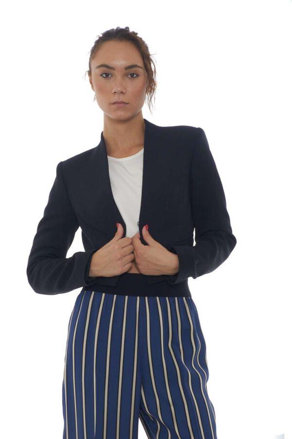 Una giacca corta chic e femminile, ideale per outfit formali e alla moda, sempre al passo con le tendenze. Per la donna che ama sorprendere con i propri look, da abbinare ad una blusa, ma anche una semplice t-shirt, o perchè no, un abito, per uno stile sempre diverso, ma attuale.  La modella è alta 1.80m e indossa la taglia 42.