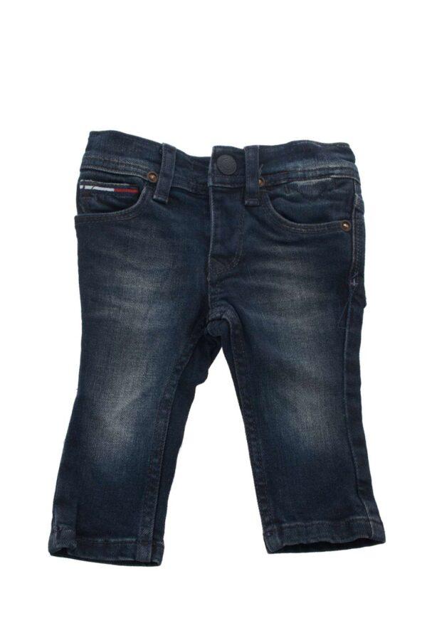 Jeans firmato Tommy Hilfiger versatile per tutte le occasioni, con questo pantalone in denim è possibile creare un look formale e non in base alle vostre esigenze un evergreen e un must have indispensabile nel tuo guardaroba .