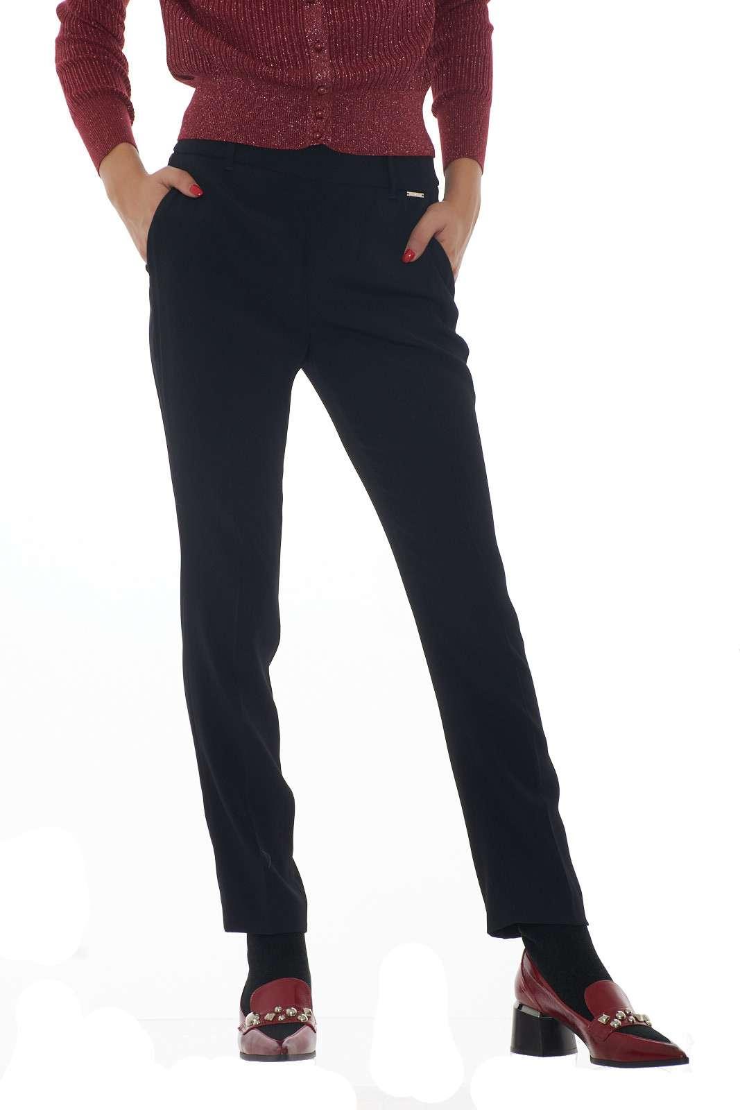 Un pantalone Donna Liu Jo dal design semplice e lineare, ideale da indossare per tutti i giorni o in eventi formali darà un tocco glamour e trendy al vostro outfit. L'elastico sul punto vita regala comfort e una vestibilità che segue i trend di stagione. La modella è alta 1.80m e indossa la taglia 42.