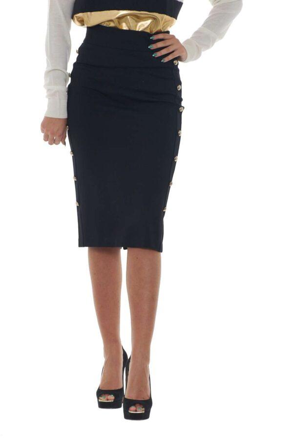 Una gonna elegante, femminile e di classe firmata Eureka Babylon. Il modello longuette esalta le linee del corpo e la silhouette, mentre la vita alta e i bottoni dorati la rendono ideale per qualsiasi abbinamento, dalla blusa, al body, ad una semplice t-shirt per un outfit più casual e veloce. La modella è alta 1.80m e indossa la taglia 42.