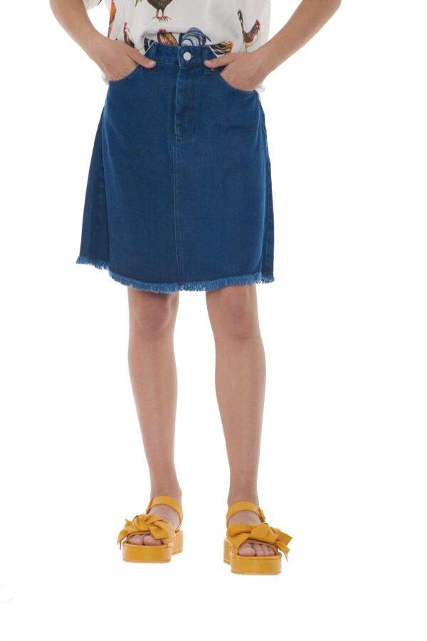 French Connection propone questa gonna di jeans giovanile e femminile. Ideale da abbinare con un top o una t-shirt, potrai creare total look fashion e ricercati. Di ultima tendenza questo capo diventerà un must have per la tua estate. La modella è alta 1.70 e porta la taglia 40