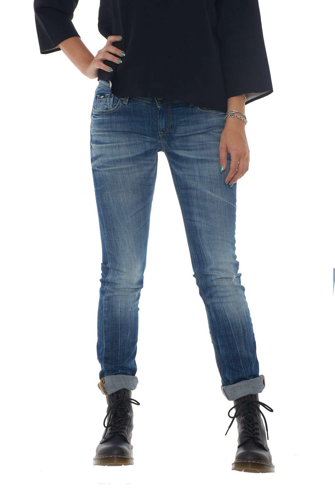 Un jeans dal taglio carrot fit, lungo alla caviglia e comodo da indossare quello proposto da Gas. Unione di stile e versatilità, ideale infatti, da indossare con felpe, t-shirt, camicie per tutti i tipi di occasioni, informali e non. Un capo che si imporrà nel tuo outfit. La modella è alta 1.80m e indossa la taglia 28.