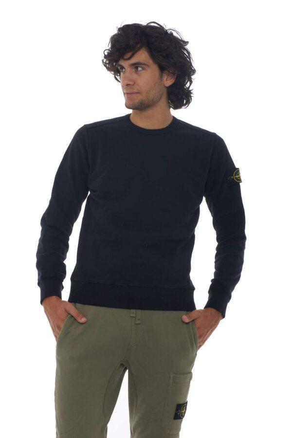 Il classico delle felpe uomo con tutta la classe della Stone Island per la felpa uomo girocollo. La linearità del modello e la vestibilità regolare vengono esaltate da semplici cuciture a vista e dal logo rosa dei venti sulla manica. Da abbinare con jeans o pantaloni sportivi è un essential.  La modella è alta 1.80m e indossa la taglia L.