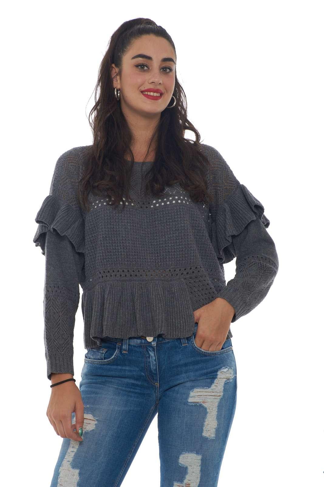 Un gusto classico per la maglia donna firmata TwinSet. L'eleganza del mohair con lavorazione traforata si impone con rouches e un taglio asimmetrico per donare movimento al capo. Da indossare sia con jeans che con pantaloni veste ogni tipo di look. La modella è alta 1.80m e indossa la taglia S.
