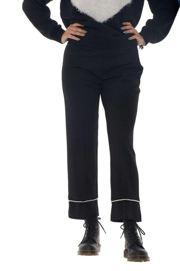 Un pantalone flare perfetto per ogni tipo di occasione quello proposto dalla linea Twinset Milano. Da indossare con maglie e anfibi diventa un capo perfetto per unire lo stile alla moda casual chic, abbinato con un tacco si veste da sera per i tuoi party. Le perle a rifinire il fondo donano quel tocco glamour e senza tempo. La modella è alta 1.80m e indossa la taglia S.