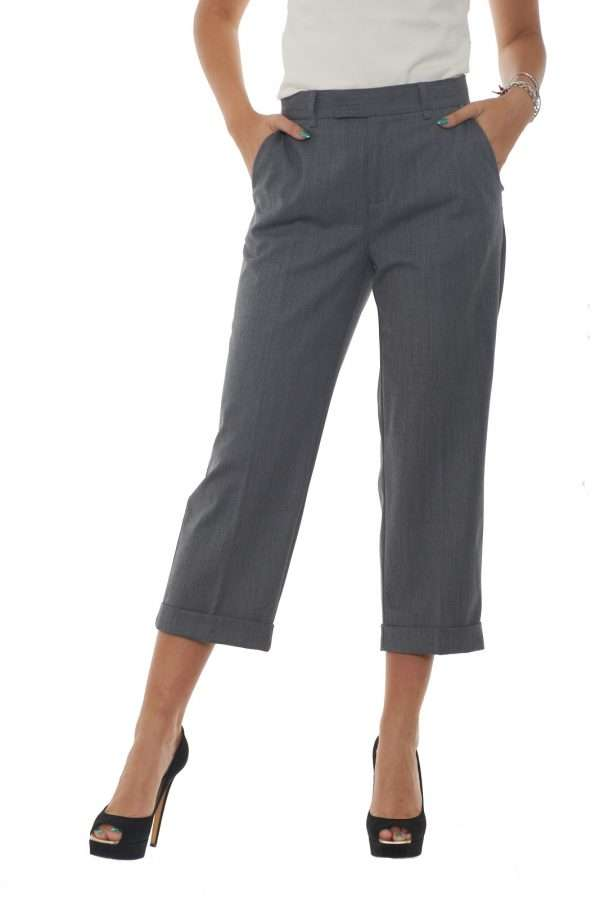 Taglio crop e vestibilità morbida per i pantaloni proposti da Twin set Milano per la moda donna. La piega centrale stirata e le tasche america e a filo ne caratterizzano il look per un effetto estremamente femminile. Da indossare con tacchi alti e con una camicia per un look perfetto in ogni occasione. La modella è alta 1.80m e indossa la taglia 42.