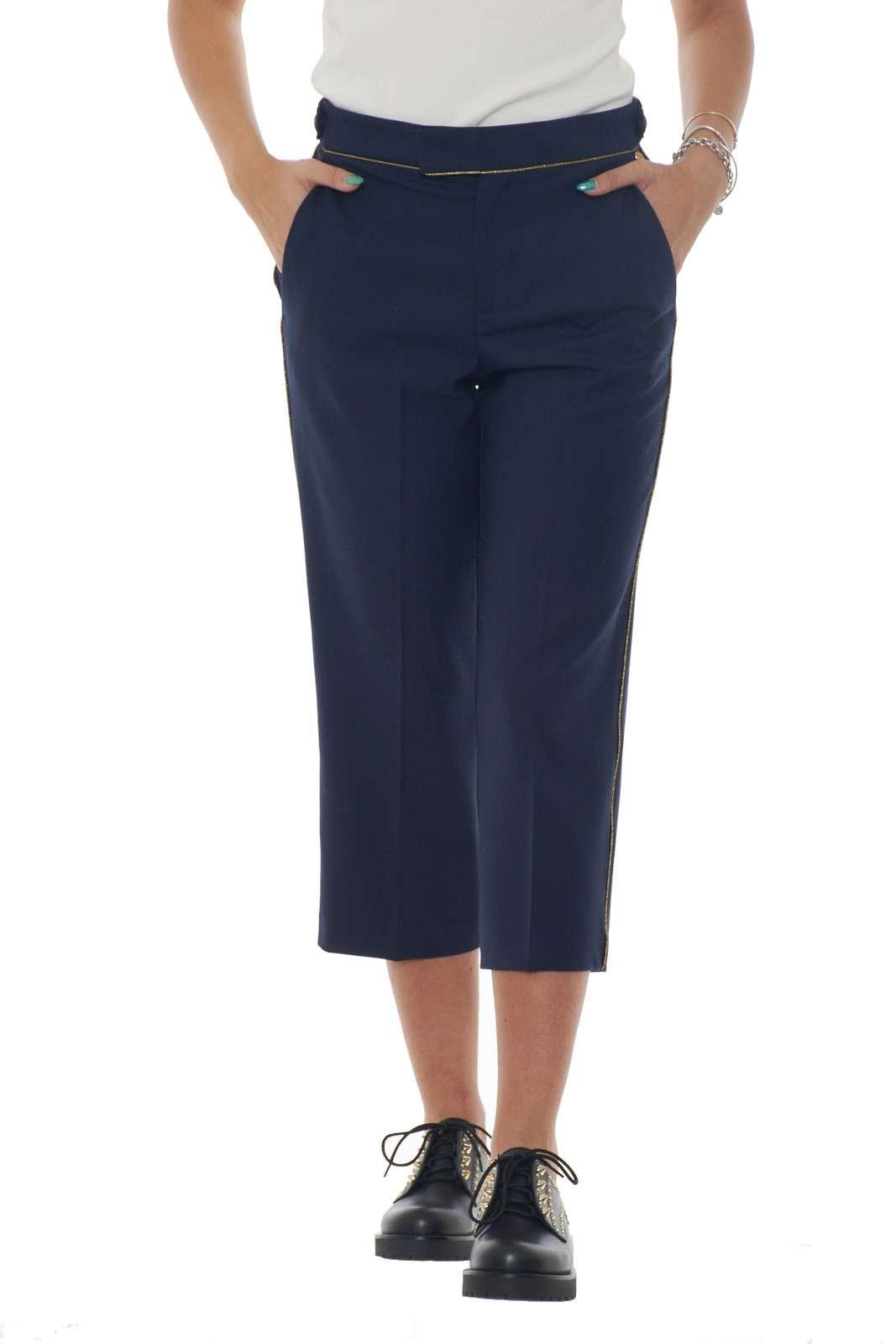 Ideali da indossare con i look più glamour, i nuovi pantaloni firmati TwinSet Milano conquistano per stile e comodità. Il piping in contrasto di colore laminato illumina il capo per un effetto deciso e raffinato. Un essential dell'eleganza. La modella è alta 1.80m e indossa la taglia 42.