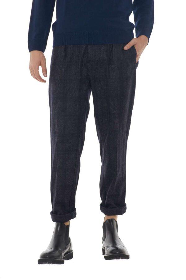 Michael Coal propone questo pantalone all'uomo a cui piace distinguersi. Adatti a ogni occasione, dal tempo libero a serate formali potrai creare total look unici e inimitabili. Capo passe partout per ogni evento.