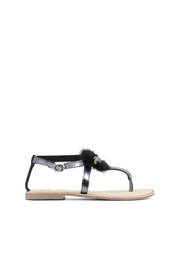 Un sandalo chic e leggero, ideale per l'estate e le belle giornate, grazie alla calzata comoda e libera. Decorato con pelliccia sintetica e gioiello, per un tocco glamour che non può mancare nel guardaroba moderno, si presterà benissimo per la tua routine quotidiana.