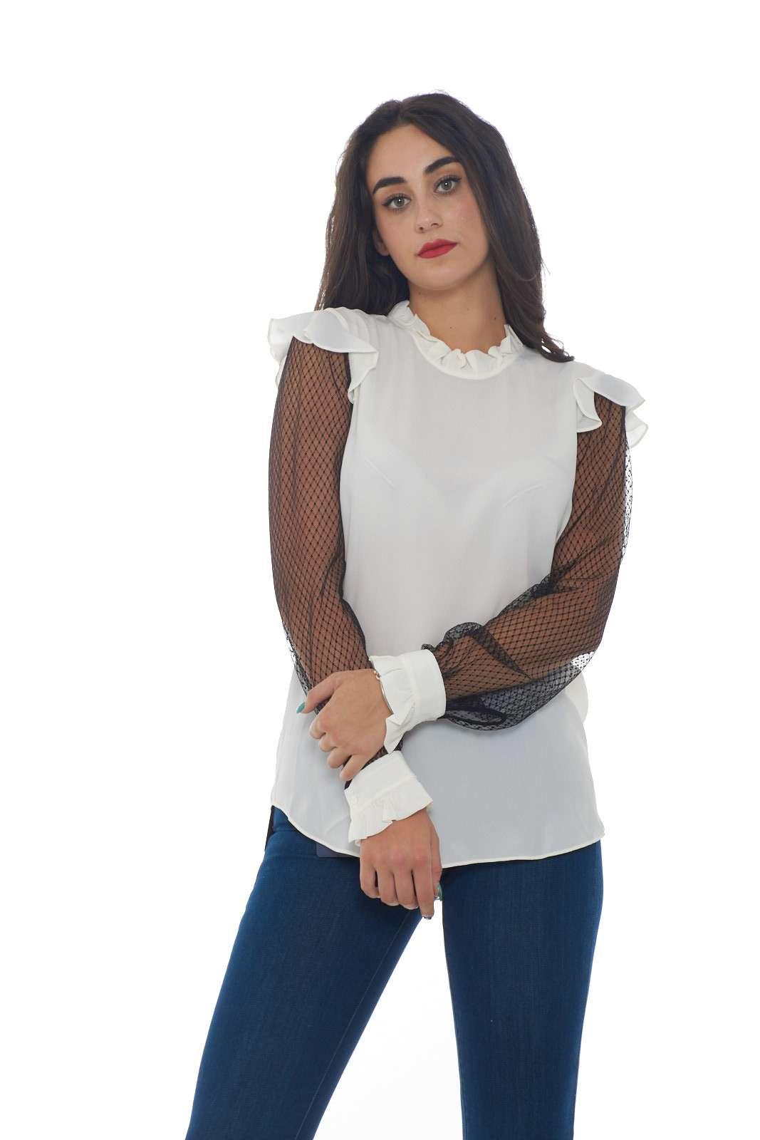 Una blusa in misto seta con rouches per rifinire quella proposta dalla collezione Twin Set Milano. La vestibilità morbida si sposa con un effetto crepe de chine e la semplicità della linea. Le maniche in pizzo con effetto trasparenza caratterizzano il look per un effetto chic e glamour. La modella è alta 1.78m e indossa la taglia 42.