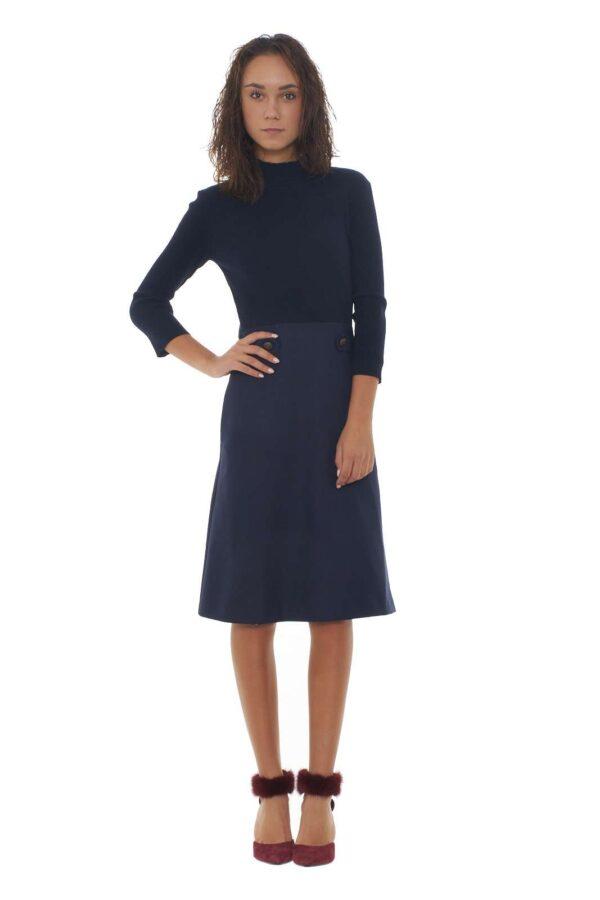 Un abito per i look quotidiani quello proposto dalla collezione Twin Set Milano. Il tessuto in maglia e la gonna in gabardina lo rendono versatile e quotidiano. Da abbinare con uno stivale o con un decolletè per esaltare il look. La modella è alta 1.85m e indossa la taglia 40.