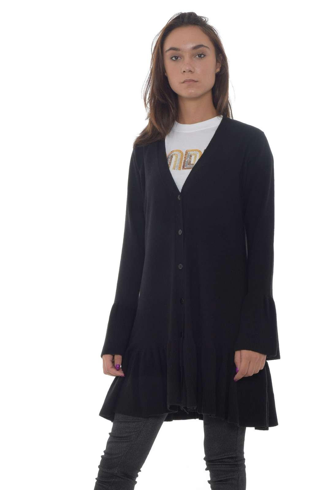 Versatilità per il cardigan donna firmato Twinset Milano. La linea permette di indossarlo sia come maglia aperta con un jeans extra skinny, o come abito per un effetto chemisier. Il filato in misto mohair rende questo capo un caldo e morbido evergreen. La modella è alta 1.85m e indossa la taglia 42.