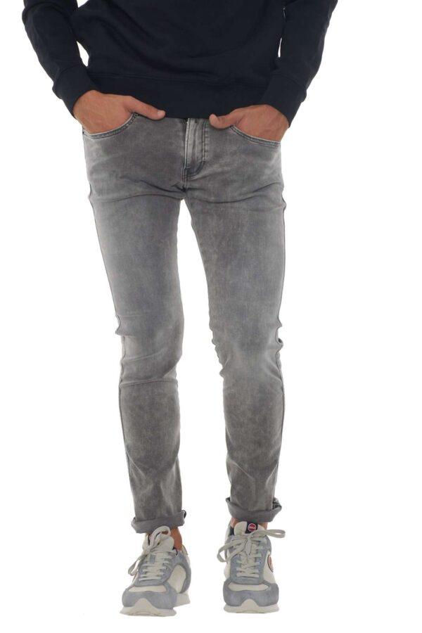 Un jeans dalla comodità della vestibilità skinny quello proposto dalla collezione Replay. Da indossare con maglie o camicie, regala ad ogni look un tocco glamour e casual. Il caratteristico logo metallico e il lavaggio used lo rendono perfetto per la vita quotidiana. Il modello è alto 1.90m e indossa la taglia 34.