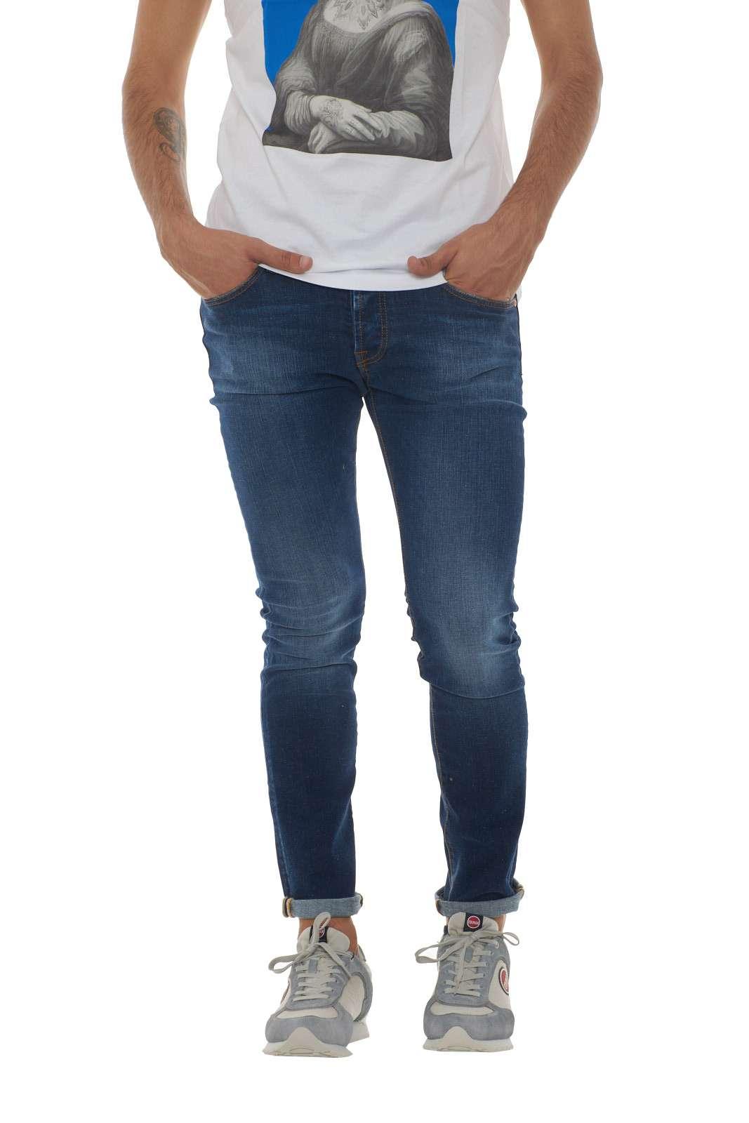 Un lavaggio medio scuro per il nuovo jeans uomo Mich firmato Roy Roger's. Da indossare sia con i look da ufficio che quotidiani, è un capo evergreen per eccellenza. L'effetto leggermente used è messo in risalto dalle cuciture in contrasto di colore per un effetto vintage. Il modello è alto 1.90m e indossa la taglia 34.