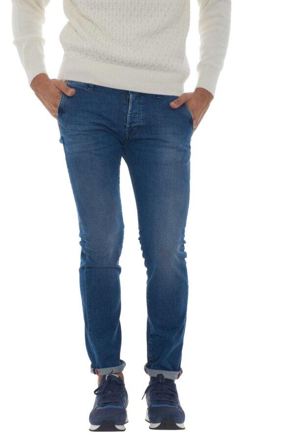 Scopri il nuovo modello Elias firmato dalla new collection Roy Roger's. Le tasche america sul davanti sono il suo tratto destintivo, per rendere anche il più classico di jeans un capo di alta classe. Da indossare anche con i look più formali conquista per il suo spirito modaiolo. Il modello è alto 1.90m e indossa la taglia 34.