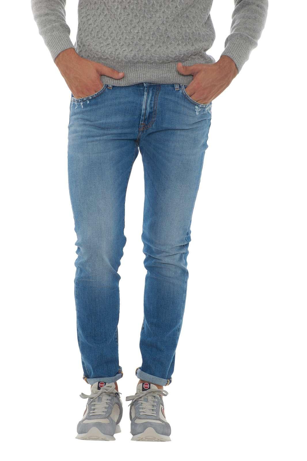 Un jeans dal gusto contemporaneo quello proposto dalla nuova collezione Roy Roger's. Da indossare con felpe o maglie, conquista per il suo leggero effetto used con piccole usure. La vestibilità slim e la vita regolare aumentano il confort su un capo fashion e versatile. Il modello è alto 1.90m e indossa la taglia 34.