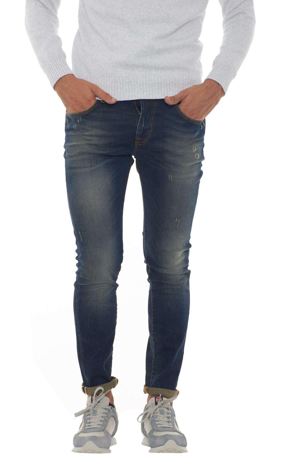 Scopri il nuovo modello Vega proposto dalla collezione Roy Rogers. Una vestibilità skinny impreziosita da cuciture in contrasto e da un lavaggio dall'effetto used. Abbinalo sia a maglie che a felpe per variare ogni look. Il modello è alto 1.90m e indossa la taglia 34.