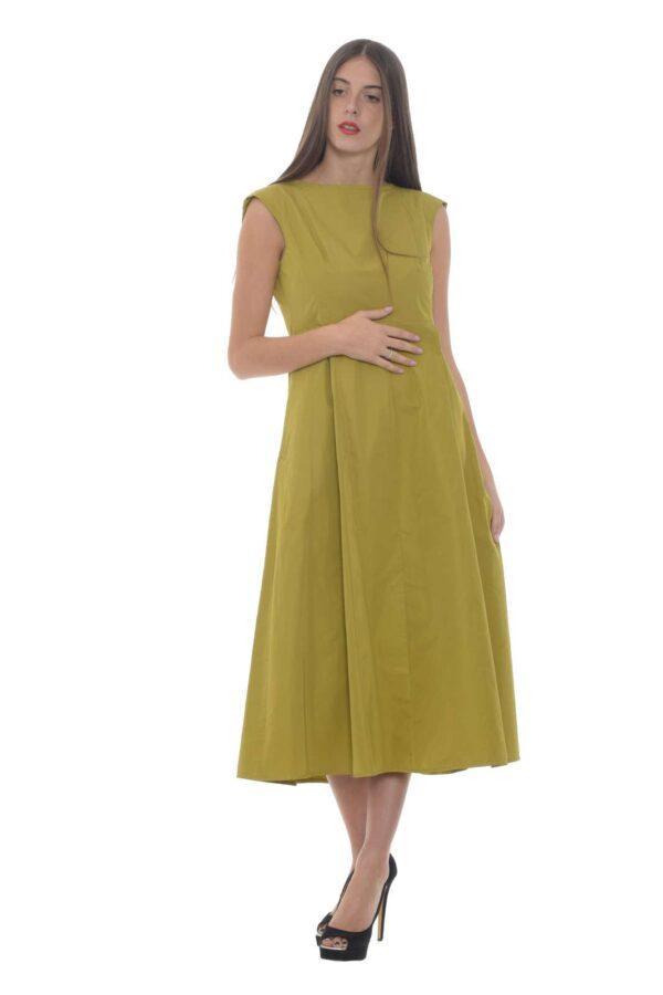 Uno stile inconfondibile per l'abito donna firmato Weekend MaxMara. Il tessuto in gabardina è impreziosito da pinces sul corpo, mentre le tasche laterali conferiscono un o stile casual. Il finto spacco posteriore lo rende chic e pensato per ogni occasione.