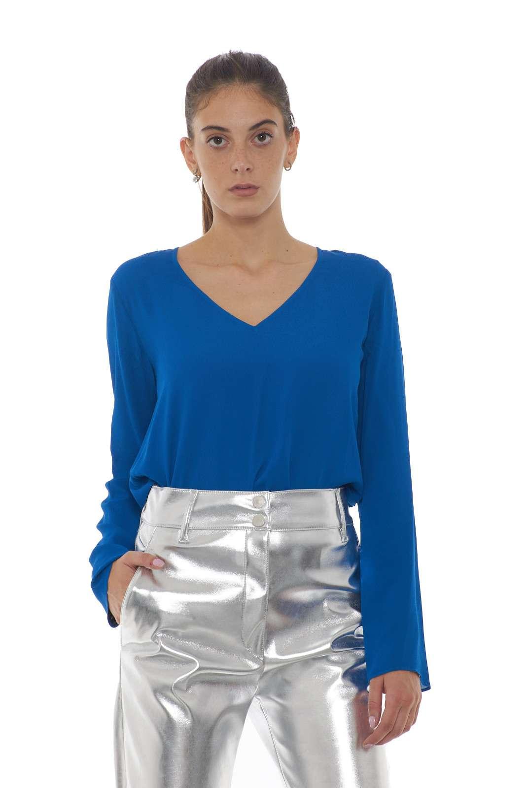 Una blusa in tessuto crepe versatile ed elegante la PRELUDERE firmata Pinko. Lo scollo a V e la vestibilità morbida ne esaltano lo stile e la rendono perfetta da utilizzarla come sotto giacca. Un capo dalla linea pulita ed elegante per un effetto chic.