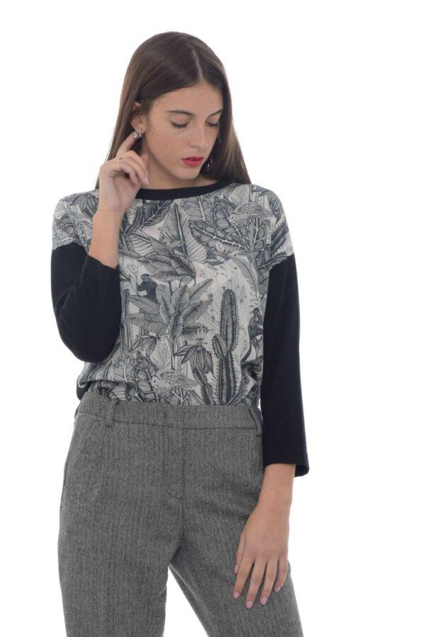 Una maglia con inserto in seta a fantasia floreale quello proposto dalla collezione Weekend MaxMara. Da indossare con un pantalone classico o con un jeans si adatta ad ogni outfit. Pregiati filati su un capo evergreen. La modella è alta 1.77m e indossa la taglia S.