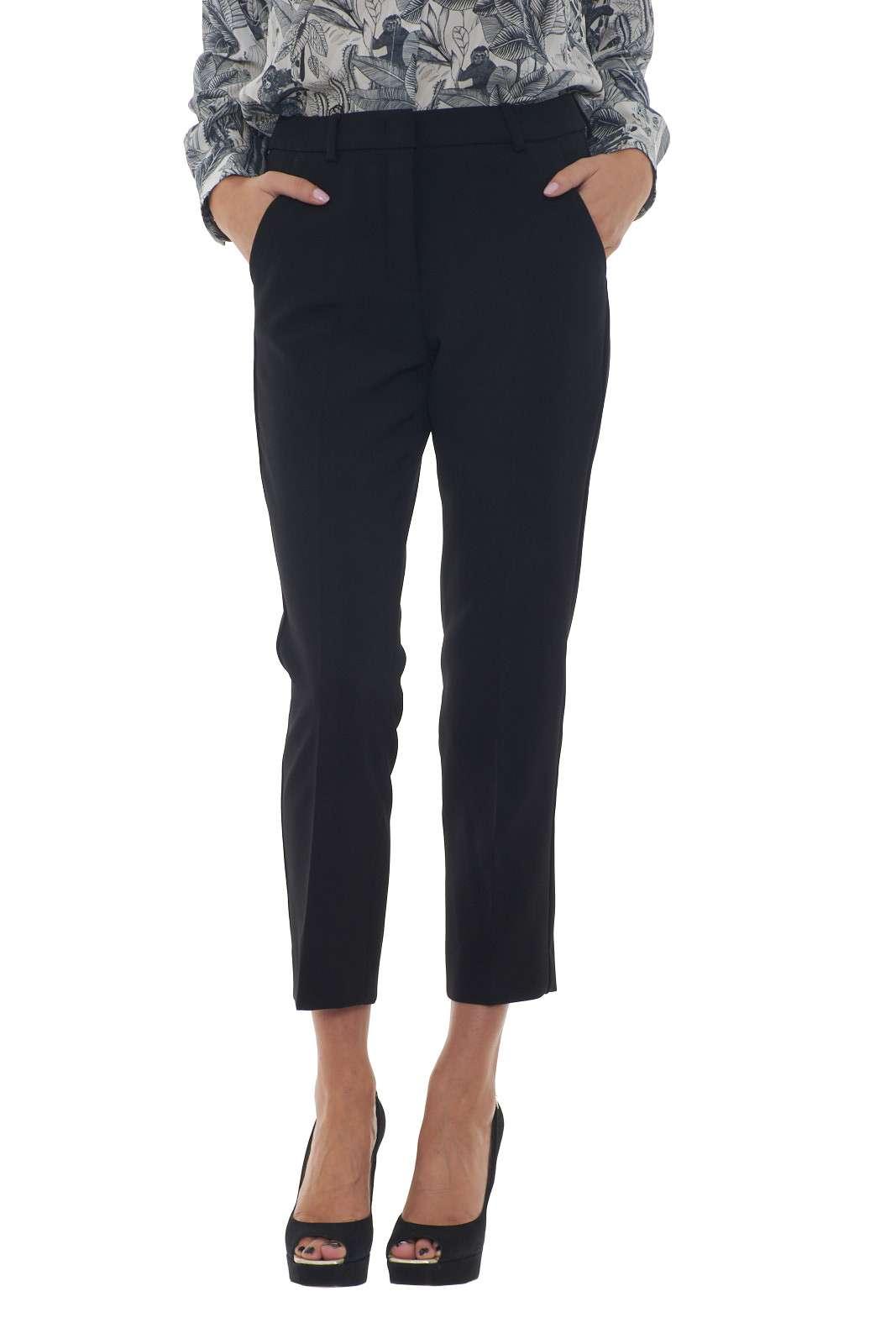 Una classica vestibilità a sigaretta per il pantalone donna firmato Weekend MaxMara. Un linea semplice impreziosita dalle tasche america e da quelle a doppio filetto con bottone. Perfetto per i look più importanti, sia abbina con maglie, camicie, bluse e top.