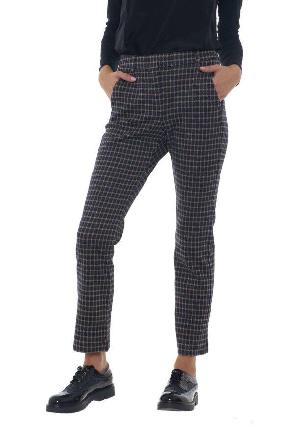 Un pantalone perfetto per la vita quotidiana quello pensato dalla collezione Weekend MaxMara. Una fantasia in pied de poule a creare dei quadri per renderlo casual e raffinato. Perfetto da indossare con una derby, è perfetto per l'ufficio.
