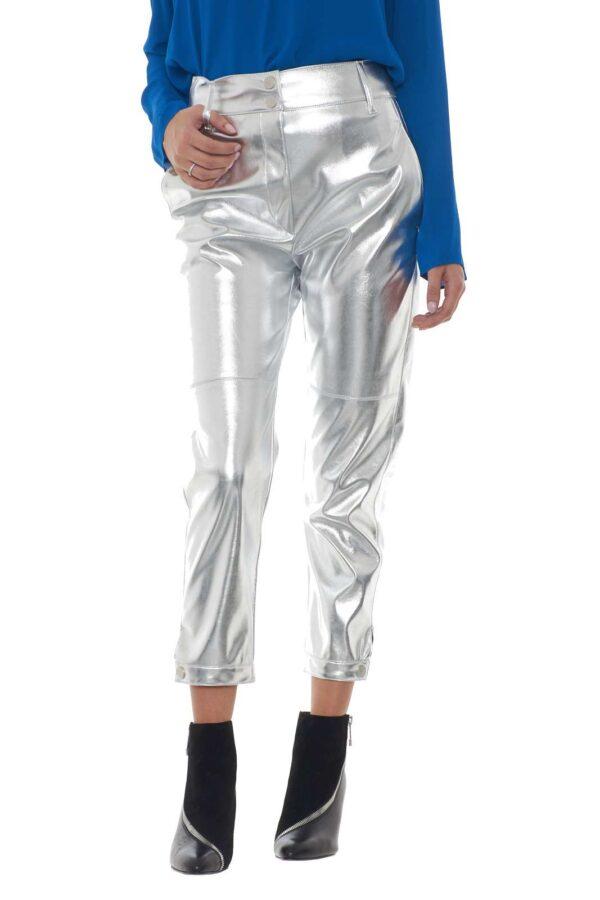 Un tessuto in simil pelle laminato per il pantalone BABYLON firmato Pinko. Il taglio biker dona un tocco maschile ad un pantalone dalla femminilità e dal glamour unici. Le tasche francesi sul davanti e doppio filetto sul retro conferiscono classe ad un capo trendy e fashion.