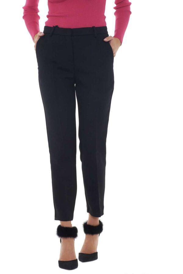 Un pantalone dal tessuto armaturato stretch il BELLA 6 proposto dalla nuova collezione Pinko. La lunghezza alla caviglia è abbinata ad una vita regolare confortevole e fashion. Le tasche classiche lo rendono raffinato e perfetto da indossare sia con outfit eleganti che casual. La modella è alta 1.77m e indossa la taglia 40.