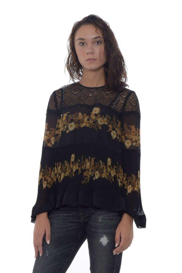 Una blusa dalla classe vintage quella proposta dalla collezione autunno inverno di Twinset Milano. Caratterizzata da una delicata fantasia floreale e da dettagli in pizzo e plissettati, esalta il massimo dell'eleganza. Il tessuto ad effetto trasparenza permette di delineare la linea per un gusto chic.