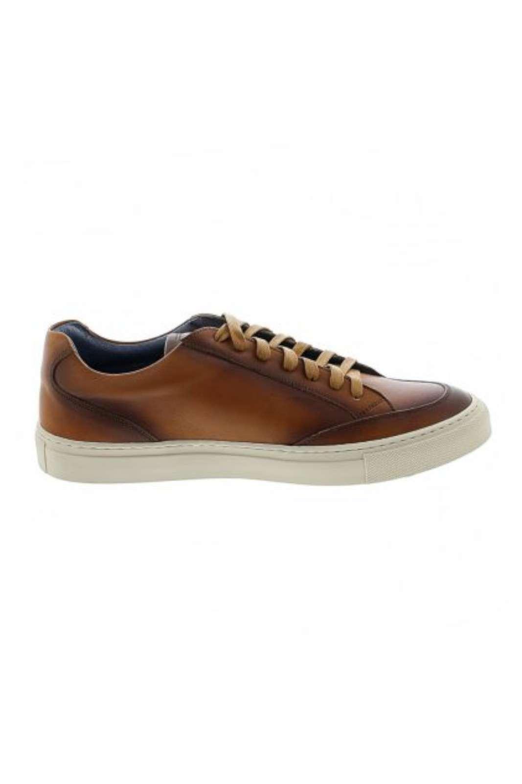 Per l'uomo che ama calzature dallo stile classico, elegante e raffinato. Realizzate in pura pelle, garantiranno comfort prolungato, e un look impeccabile in ogni occasioni, da quelle casual, alle più impostate.