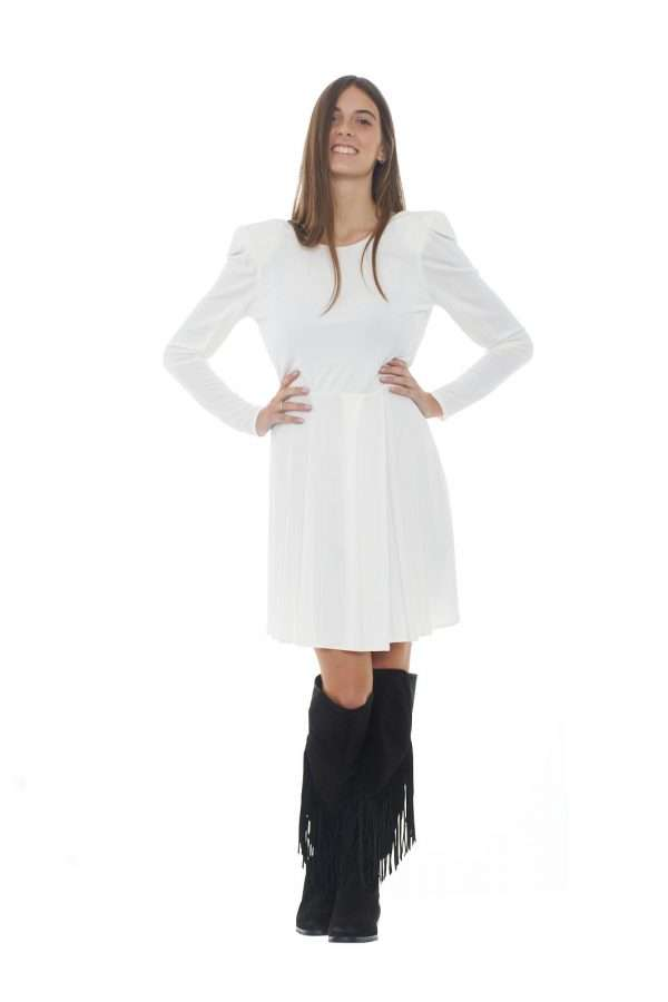 Stile essential, con un look pulito e raffinato, per questo abito firmato Liu Jo. Il capo perfetto per la donna che non ama capi appariscenti, ma che non rinuncia alla cura per i dettagli e alla ricercatezza per il proprio outfit. La modella è alta 1.77m e indossa la taglia 42.