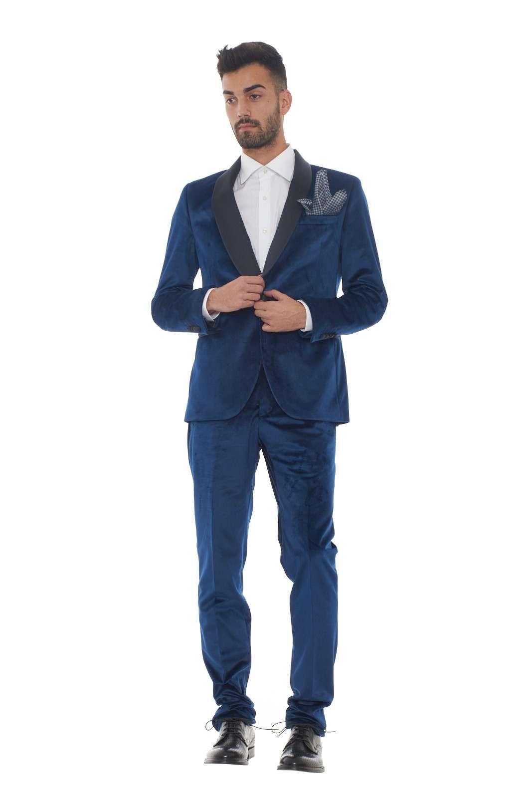 Scopri il massimo dell'eleganza con il nuovo smoking uomo in velluto firmato Manuel Ritz. Il classico collo sciallato si presenta con un delicato tessuto in raso in contrasto di colore. La vestibilità slim fit lo rende comodo e perfetto per le occasioni più speciali. Il modello è alto 1.80m e indossa la taglia 48.